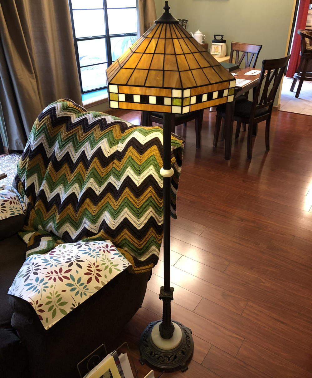 Battery-operated floor lamp